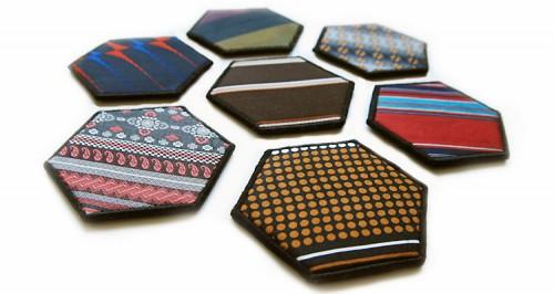 Från Plenty kommer dessa drinkunderlägg gjorda av gamla slipsar. (Foto Plenty)