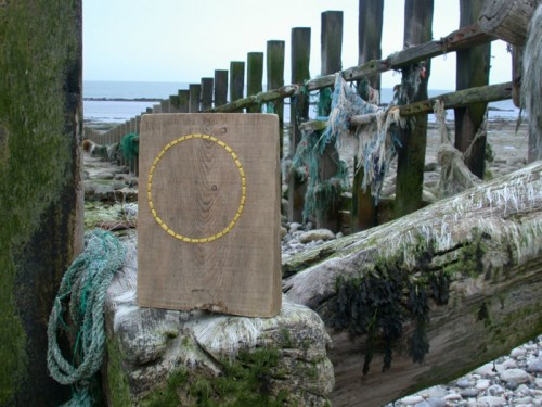 Konstnären Ella Robinson från Brighton gör spännande konst av drivved, textil och tråd. (Foto Ella Robinson/Inhabitat)