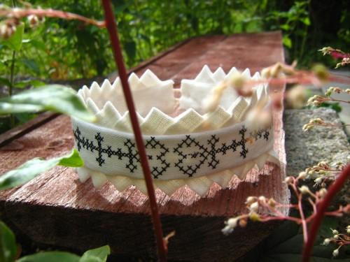 Från Lyst Form kommer detta vackra armband i fattigmansspets och svartstick. (Foto Lyst Form)