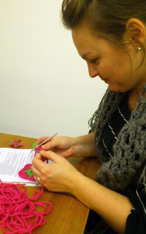 Mitt sällskap Åsa Kax Ideberg, som till vardags ligger bakom bla Emy Little, var snabb att greppa både virknål och instruktioner. (Foto Kurbits)