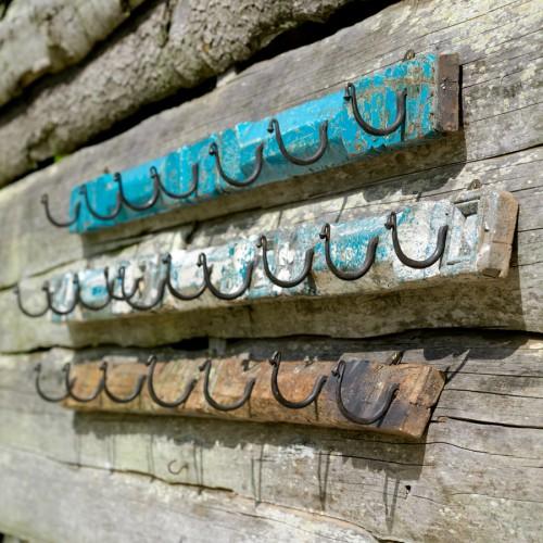 Handgjorda hängare av återvunnet trä. Träet är insamlat från gamla koloniala och indiska hus och lager. (Foto Wilma&friends)