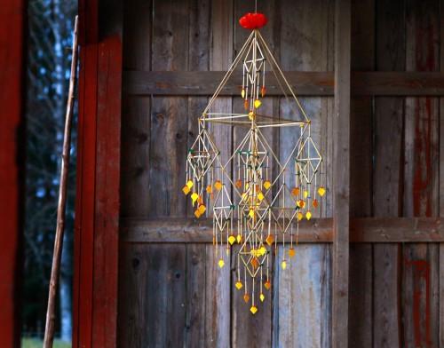 """""""Den gyllene kronan"""" av Per-Åke Backman, som är aktuell med utställningen Närproducerat på Dalarnas museum. Vackrare halmkronor har jag väl aldrig skådat. (Foto Lennart Edvardsson)"""