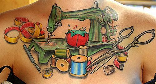 Slöjdtatueringar - ingår i dagens föredrag. Flickranvändaren The Dainty Squid har en symaskin på bröstet. (Foto The Dainty Squid/Flickr)