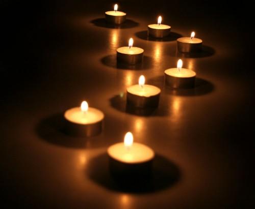 Tända ljus i tredje advent. (Bilden lånad från fotoakuten.se)