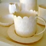 Längtan, av Cecilia Levy, bricka och kaffeservis i papier maché på Kaleido just nu. (Foto Cecilia Levy)