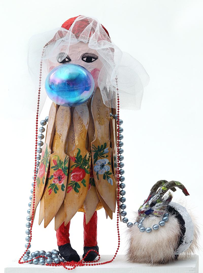 Anna Sjons Nilssons Geten och jag är dragaren för Konsthantverkarnas julutställning Kurbits 3.0. (Foto Konsthantverkarna)