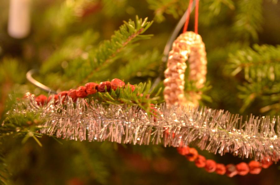 Glitter, rönnbär och halm funkar fint ihop i Kurbits gran. (Foto Kurbits)