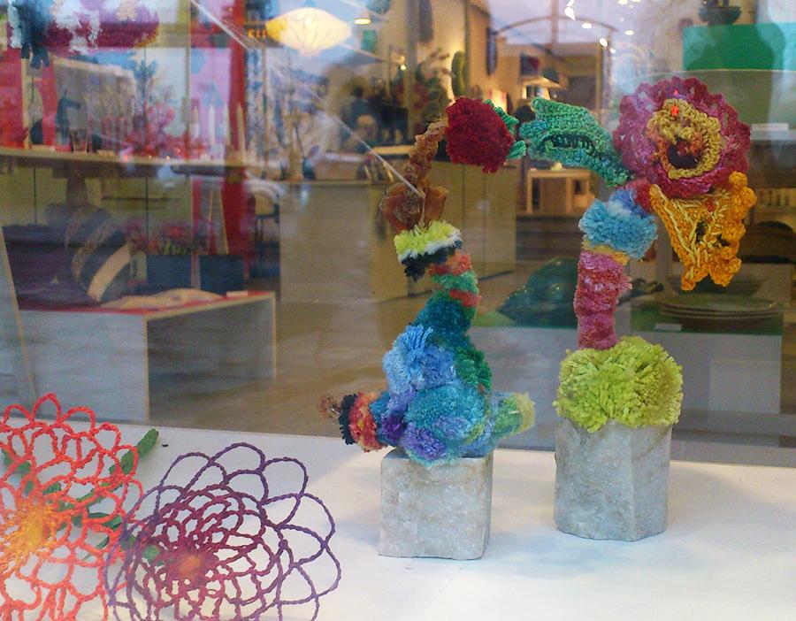 Utställningens närmaste 3.0 man kan komma, Anna Fjällbäcks vingliga 3D-kurbitsar blir textilier och skulpturer på samma gång. (Foto Kurbits)