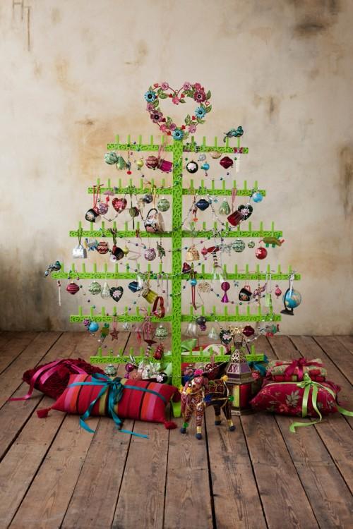 Julträd från Indiska, med allsorts glittrigt och färgstarkt pynt. (Foto Indiska)