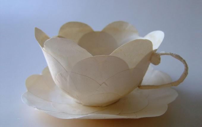 Skirt och funtionellt är en spännande blandning. Kaffekoppar i papier maché av Cecilia Levy. (Foto Cecilia Levy)