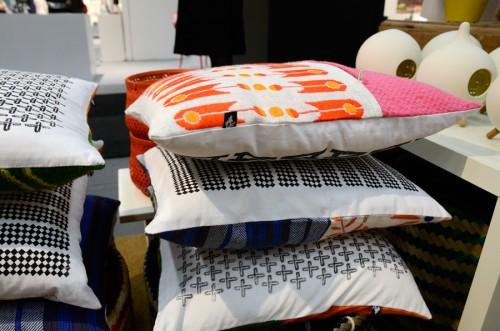 Andersson och Lejon Design trycker eget tyg och gör kuddar med baksida av återvunna second handdukar. (Foto Kurbits)