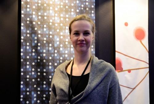 Textilformgivare och arkitekt Magdalena Peres framför sin textil Yozora, natthimmel. (Foto Kurbits)
