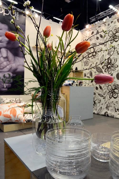 De handblåsta skålarna och vaserna i serien Arto gjorde stor succé i höstas, nu finns också en reliefmönstrad familjemedlem. (Foto Kurbits)