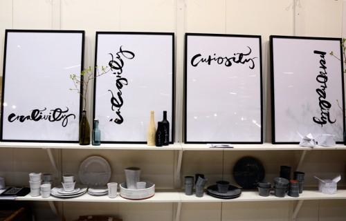 I Ylva Skarps monter samsas det trendigaste i år; papper, kalligrafi, Asien och trä. Här visades också samarbetet mellan Daniel Franzén(Cosas och Ylva Skarp i form av specialkalligraferade träflaskor. Fint! (Foto Kurbits)