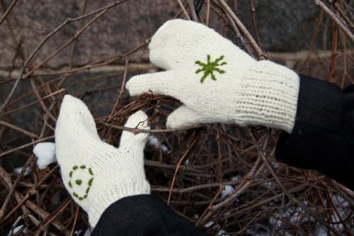 Muterade vantar med traditionella symboler på handlovarna, av Laura Cimds. (Foto Art Academy of Latvia)