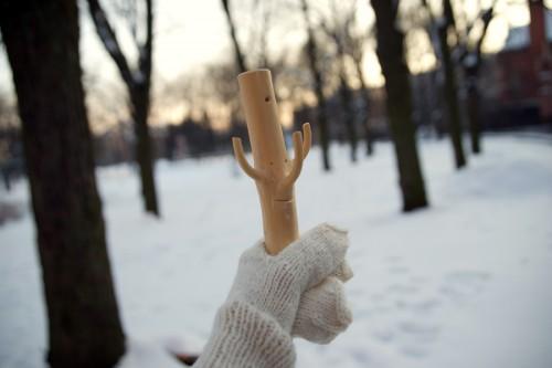 Från avlagda julgranar hör Laura Eglmen funktionella krokar. (Foto Art Academy of Latvia)