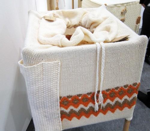 Med isländsk inspiration i stickningen, och med mjuk botten har den här garderoben mer kappsäckskänsla än de övriga. Med snoddarna drar man ihop säcken och drar. (Foto Kurbits)