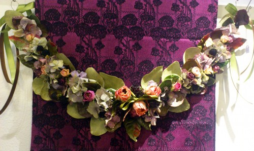 Ett exempel på Birgit Linderoths förgängliga slöjd, en torkad vaxad blomstergirland. (Foto Kurbits)