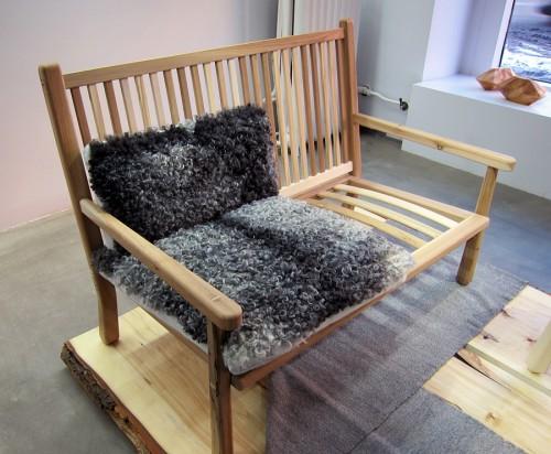 Möblerna i Stockholm Wood är skönt randiga i sina träslag - Emma Olbers har tagit hand om exakt det material hon hade tillgång till. Läs mer om det på Zickermans! (Foto Kurbits)