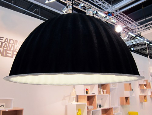 Stillsam, enkel, stram. Lampa från Muuto i klädd filt. Formen och vecken är lysande. (Foto Kurbits)