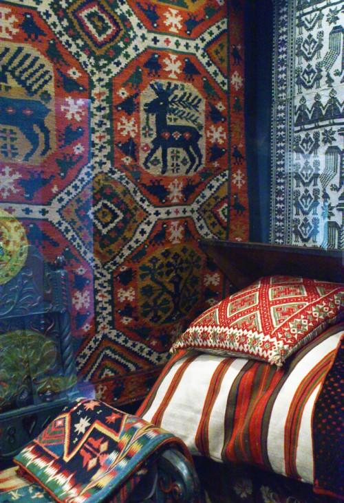 En av alla gnistrande textila montrar med mönster och broderier. (Foto Kurbits)