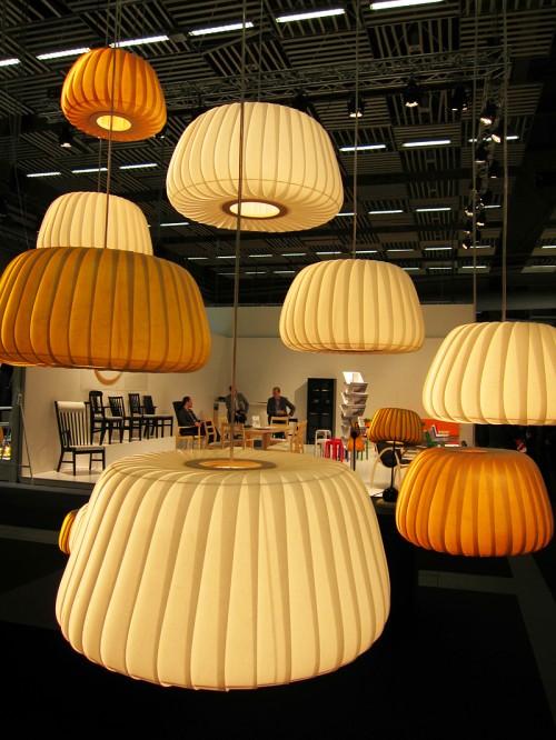 Danska Tom Rosseau har dels ny form på sina lampor i träfanér, dels har han utökat kollektionen med lampor i laminerat papper - fin kombination tycker jag. (Foto Kurbits)