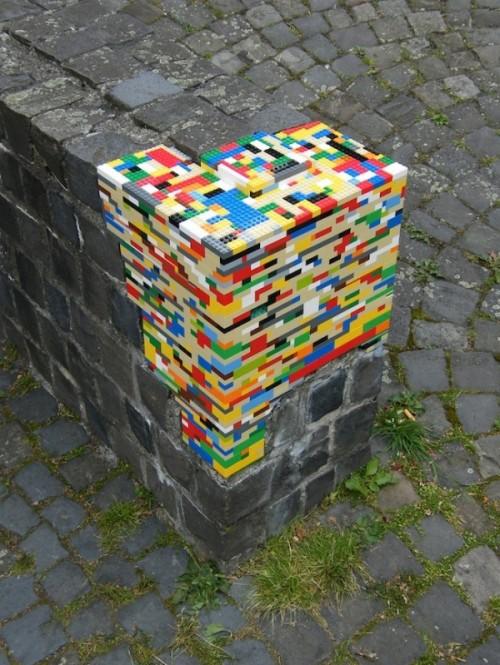 Lego - där man minst anar det! Gatukonsten har tagit sig allt mer kreativa uttryck de senaste åren, roligt! Kolla in sajten Streetartutopia.com, där denna bild exempelvis finns.