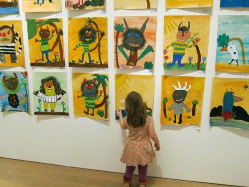 En hel skolklass hade här inspirerats av boken I vildingarnas land och målat vildingar. Flera skolklasser just har haft tema och lämnat in sina alster. Vanna gillar. (Foto Anders Engström)