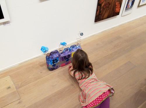 En installation gjord av saftdunkar, glitterfärg, klistermärken och metallfjädrar. En av Vannas favoriter. (Foto Anders Engstrlm)