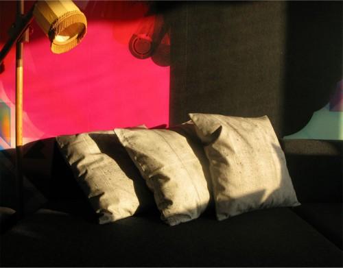 Cementkuddar i soffan? Iallafall om How are you får råda. Nystartat företag som satsar på hårda tryck på mjuka material i sin första kollektion. (Foto How are you)