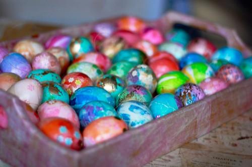 Ägg färgade med silkespapper och persilja (!) Beskrivningen finns hos Aunt Peaches, bloggaren som tar det här med dekorerade ägg till en ny nivå. (Foto Aunt Peaches)