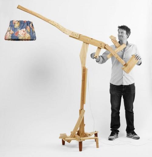 En av mina favoriter! Finn Ahlgren från Godspeed har gjort en golvlampa som alltså ingår i boken Nyfixat -57 projekt för dig som gillar återbruk. Idag auktioneras hans och de övriga tio formgivarnas saker ut. (Foto Norstedts/Stockholms auktionsver)