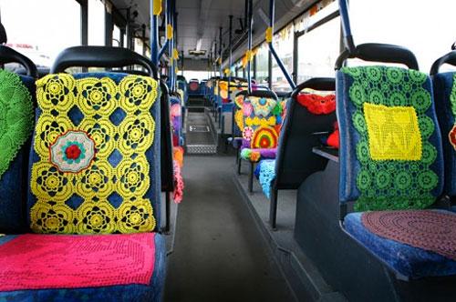 Virkad garngraffiti på en helt vanlig buss i Vantaa, Finland. Livar väl upp den tristaste av dagar, håller ni inte med? (Foto http://coralshort.tumblr.com)