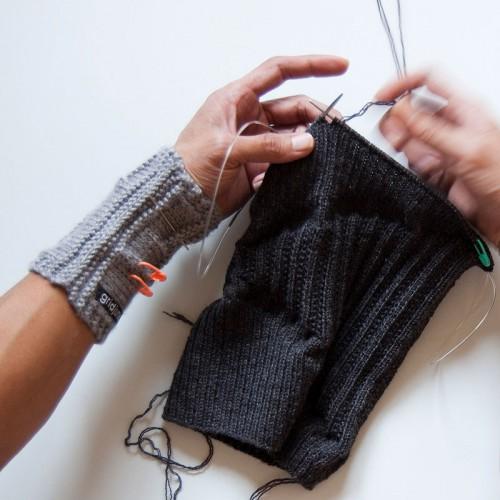 Upprepade tröjor blir till nya stickade plagg - Gridjunky in action. (Foto Gridjunky)