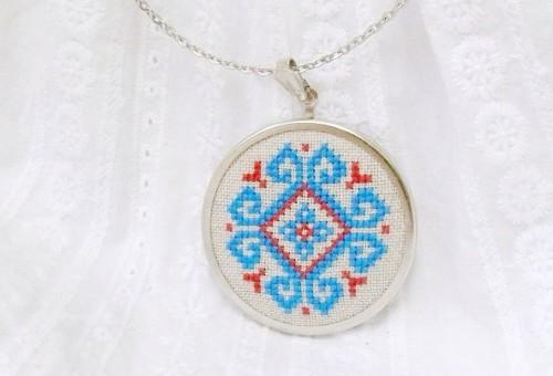 Broderat halsband av ukrainska Skrynka. (Foto Skrynka)