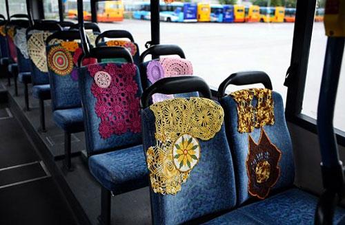 Spetsdukar som sprider glädje - kan det bli bättre? Från en buss i Vantaa, Finland.  (Foto http://coralshort.tumblr.com)