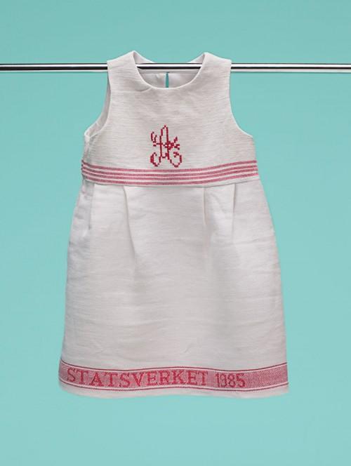 Tema återbruk finns såklart också inneboende i slöjden. Här en klänning från Stockholms stadsmission. (Foto Mattias Lindbäck)