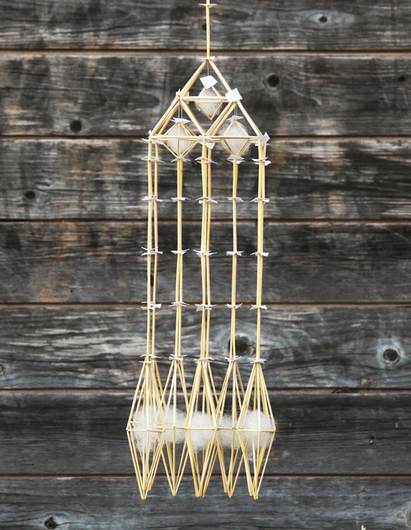 Den här oron, modell 1, ingår i Per-Åke Backmans serie New Gotic Collection. Halmslöjdaren Per-Åke Backman är aktuell med inte mindre än tre utställningar i sommar. (Foto Lennart Edvardsson)