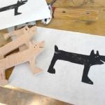 Schablon av den handsågade trähunden för dina trådar. (Foto Lisa Tofft)
