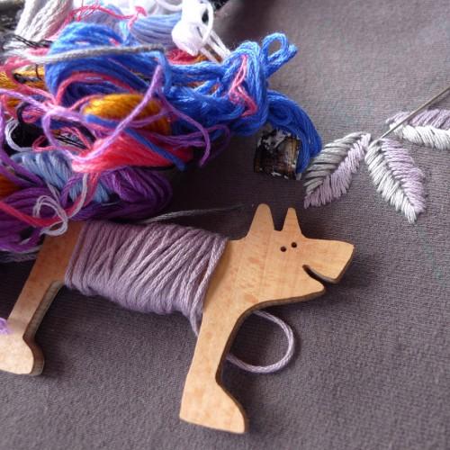 Inspirerande hållare för dina garner - Lisa Toffts trähund, förlåt, trådhund, gör jobbet. (Foto Lisa Tofft)