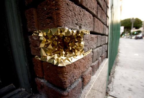 I trasiga tegelväggar i Los Angeles går det att hitta små skatter i papper signerat Paige Smith. Hon gör 3d-figurer inspirerade av stenar och mineraler. (Foto Inhabitat/Paige Smith)