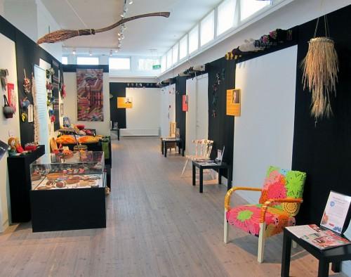 Överblicksbild av utställningen. Notera raden av vantar som omger hela rummet - fint! (Foto Kurbits)