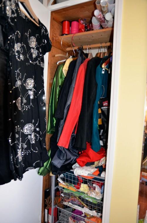 En riktigt trist - oinspirerande och opraktisk - syn. Förvandlingen från garderob till pysselgarderob skedde gradvis under några veckor. (Foto Kurbits)
