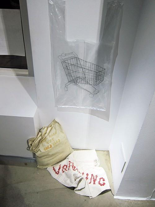 Egen härd vore guld värd, verk av Hanna Sjöberg ställer frågan om en hemlös kan göra hemslöjd. (Foto Kurbits)