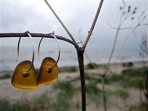 Maria Miessen Berg plockar havsglas på stranden och förvandlar det till smycken. Vackert och återbrukbart. (Foto Maria Miessen Berg/Havsglas)