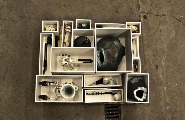 Avslutningsvis toppbilden i sin helhet, då den bjuder på en rad roliga detaljer; verket heter Kuriosakabinett med material som cykelslang, stål, trä, gips och färg. (Foto Ludvig Ödman)
