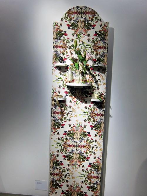 Shrine of me.  Vandal+Ivre undersöker hur dyrkan av det personliga hemmet ser ut, med hjälp av fotograferade föremål har de byggt ett mönster och skapat ett altare. (Foto Kurbits)