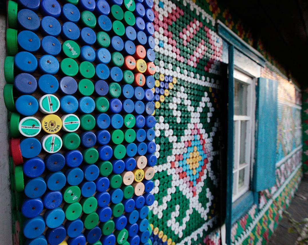 Närbild på Olga Kostinas hus, med plastdekor. (Foto: © REUTERS / Ilya Naymushin)