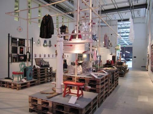 Bild från den pågående utställningen Återbruk - skapa nytt på Västmanlands läns museum i samarbete med Västmanlands läns hemslöjdsförbund. (Foto Västmanlands läns hemslöjdsförbund)