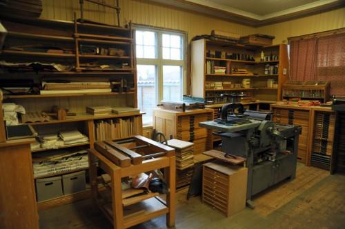 Vacker verkstad - här jobbar Linda och Odd Gimle, båda är utbildade handbokbindare, Odd Gimle har också gesällbrev i konsten. (Foto Djura Bok&Pappersverkstad)